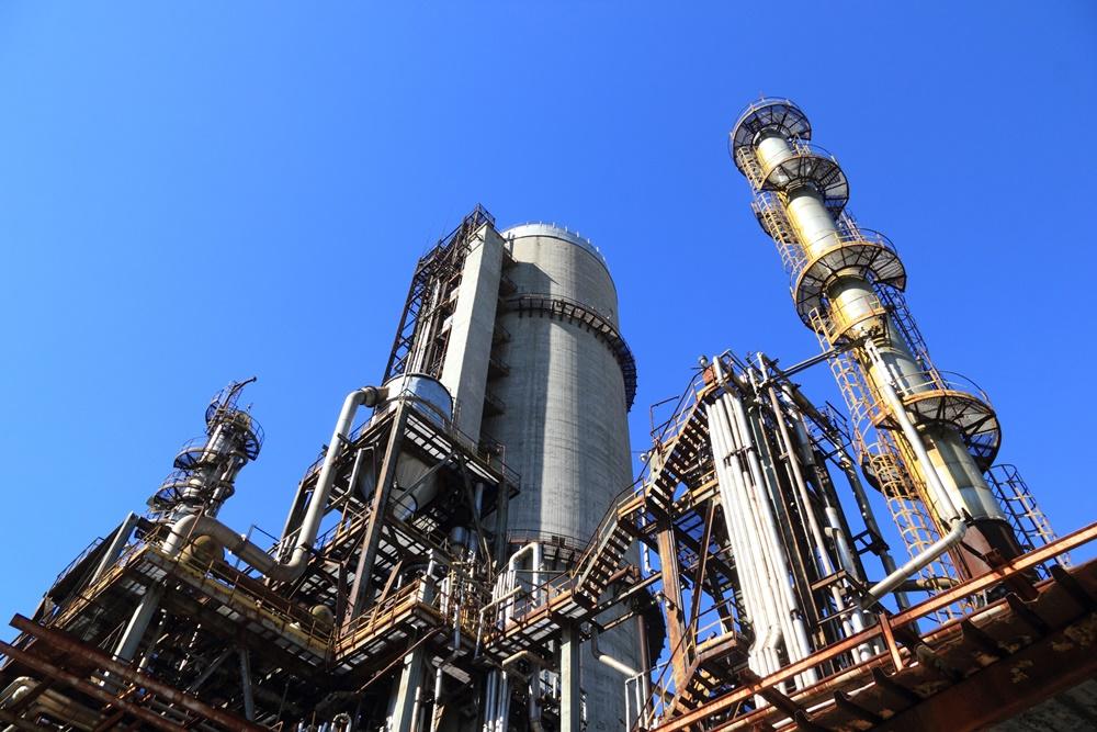 O que é uma área classificada e como ela influencia na avaliação dos riscos aos colaboradores na indústria?